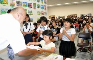 「緑光会賞」を受賞し、賞状や記念品を受け取る参加者=佐賀市の県立美術館
