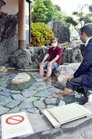 再開した足湯を楽しむ村上大祐市長(右)ら=嬉野市嬉野町の「シーボルトのあし湯」