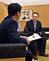 山口知事(左)と会談する坂本さん=県庁