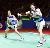 女子ダブルス準々決勝で敗退した永原(左)、松本組=ジャカルタ(共同)
