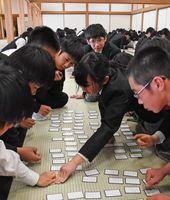 校内の百人一首かるた大会で盛り上がる龍谷中・高の生徒たち=佐賀城本丸歴史館