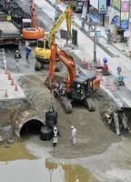JR博多駅前の道路大規模陥没事故現場で続く復旧作業=10日午前、福岡市