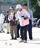 真剣な表情で試合に臨む参加者=佐賀市の県総合運動場