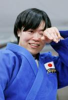 女子78キロ級で金メダルを獲得し、涙をぬぐう浜田尚里=日本武道館