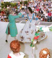 18世紀の磁器人形をモチーフにした民族舞踊「踊るポーセリン」を陶器市客に披露するマイセンの子どもたち=有田町役場前
