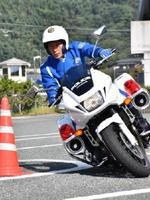 模擬走行をする井手巡査長=佐賀市の交通機動隊