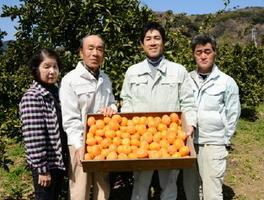 全国果樹技術・経営コンクールで最高賞の農林水産大臣賞を受賞した立石好之さん(右から2人目)と家族、従業員=佐賀市大和町