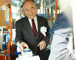 佐賀市営バスでnimocaがスタートし、カードを使う秀島佐賀市長=佐賀市のバスセンター