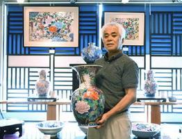 金彩やプラチナ彩を背景に施した豪華絢爛な作風が特徴=武雄市山内町の金龍窯