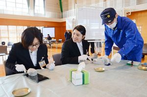 専用のはけを手に、指紋採取を体験する参加者ら=佐賀市の佐賀県警察学校