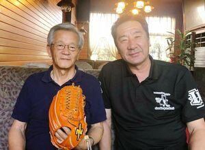 佐賀牛の革を使用したグラブの開発を立野利宗さん(左)に報告した中島輝士さん=神埼市内