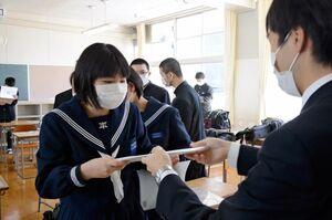 旧学年の通知表を受け取る生徒=西松浦郡有田町の有田中