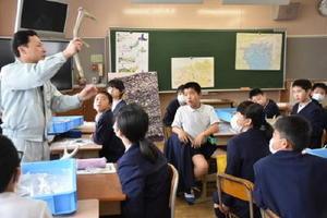 遺物を使いながら縄文時代の当時の様子を説明する西田さん=佐賀市の東与賀小学校