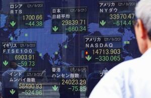 中国恒大集団の経営危機が世界同時株安に発展し、各国で下落した株価などを表示するボード。日経平均株価(中央上)も大幅反落した=21日午後、東京・八重洲