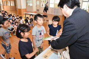 松田一也町長からセカンドブックを受け取る児童の代表=基山町の基山小