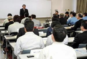 会発足に向けた顔合わせでは、中村敏郎会長が「AIやロボットについて見識を深める会にしよう」と呼び掛けた=佐賀市の県地域産業支援センター