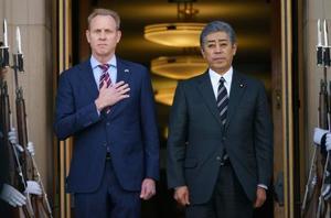 セレモニーでシャナハン米国防長官代行(左)と並ぶ岩屋毅防衛相=16日、ワシントン(AP=共同)