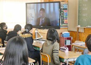 各教室の児童たちへ画面越しに話し掛ける池田典穗校長=佐賀市の神野小