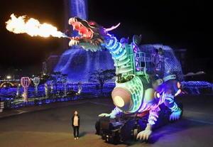 公開されたハウステンボスの火を吹く「ドラゴンロボット」=17日夜、長崎県佐世保市
