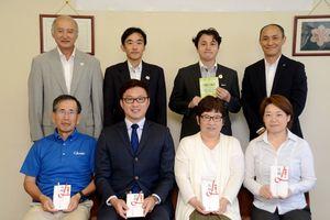 助成を受けた4団体の代表者(前列)と基金創設関係者ら=佐賀市日の出の県スポーツ会館