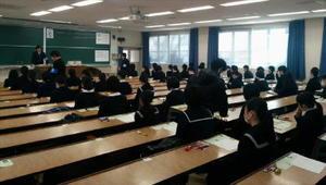 試験の開始を待つ受験生たち=佐賀大学本庄キャンパス(佐賀県佐賀市)