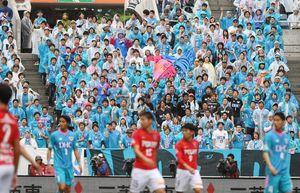 浦和との一戦に駆け付けた鳥栖サポーター=さいたま市の埼玉スタジアム2002