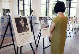 広島、長崎の原爆被害を語り継ぐパネル展=佐賀市の県庁県民ホール