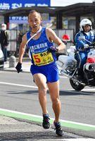 32区に出走し、区間5位の力走を見せた多久市の永渕和行選手=小城市のJR小城駅前