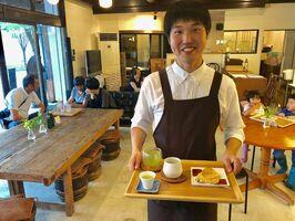 週末限定でお茶カフェを開いた久保山祐至さん=JR基山駅前通りの基山フューチャーセンターラボ