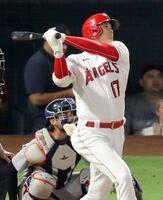 タイガース戦の8回、この試合2本目となる21号本塁打を放つエンゼルス・大谷=アナハイム(共同)