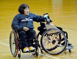 シドニーパラリンピックで獲得した銅メダルを生徒たちに見せる車いすバスケット元日本代表の八島京子さん
