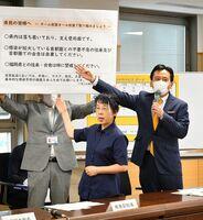 新型コロナウイルスの感染予防のための注意点などを説明した山口祥義知事(右)=佐賀県庁