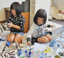 紙粘土を練ったり、絵の具を混ぜていったり、思い思いの作業に熱中する子どもたち=唐津市鏡のアトリエ