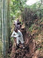 何十年とたまった水路を掘り起こす
