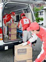医療資器材などを車に積み込む職員ら=佐賀市の日赤佐賀県支部