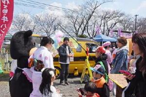 桜の開花は遅れたものの、いまりんモーモちゃんらご当地キャラがステージを盛り上げて多くの人でにぎわった「桜の駅まつり」=伊万里市山代町のMR浦ノ崎駅