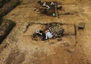 元古賀遺跡の住居跡の調査風景