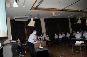 白石高の生徒に水災害対策の必要性を訴える大串浩一郎教授(左)=白石町の同校