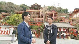 祐徳稲荷神社を紹介する福田充徳さん(右)と利根川真也アナウンサー