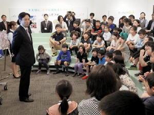 子どもたちに県の仕事について話す山口祥義知事(左)=佐賀県庁旧館