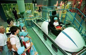 オープンした県立「宇宙科学館。リニアモーターカーに興奮する子どもたち=平11年7月8日、武雄市