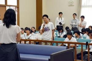摸擬裁判で、被告人に質問する中学生たち=佐賀市の佐賀地方裁判所