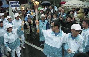 1区の重さんから2区の柳川さんへ聖火リレー=平成10年1月10日、佐賀市