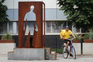 ロシアの芸術家アレクセイ・ガリコビチ氏がデザインした「配達人への感謝」を示す記念碑=3日、モスクワ(タス=共同)