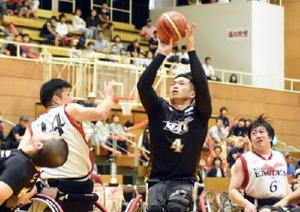 九州選抜の守りをかいくぐり、シュートを放つ宮城MAXの藤本怜央選手(背番号4)=唐津市文化体育館