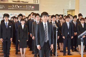 辞令交付式で宣誓する坂口侑暉さん(中央)=佐賀県庁