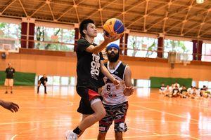 3オン3でカラツレオブラックスのビクラムジット・ギル選手(右)と競り合う佐賀東高バスケットボール部員=佐賀市の佐賀東高