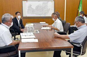 厳木町の区長から要望を聞く峰達郎市長(左奥)=唐津市の厳木市民センター