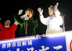 田中路子候補(右)の応援に駆け付け、演説するデヴィ夫人(中央)=JR唐津駅南口
