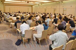 九州農政局や佐賀県の担当社が、農業関係の支援策について紹介した説明会=佐賀市のグランデはがくれ